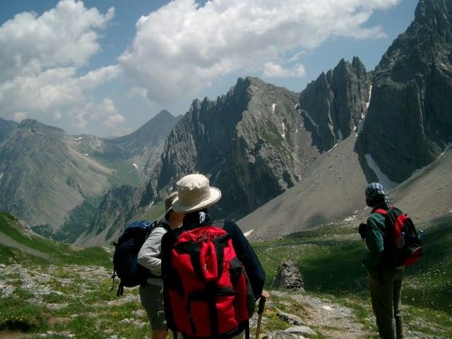 Richtiges Verhalten bei Gewitter auf Wanderung: Was tun?